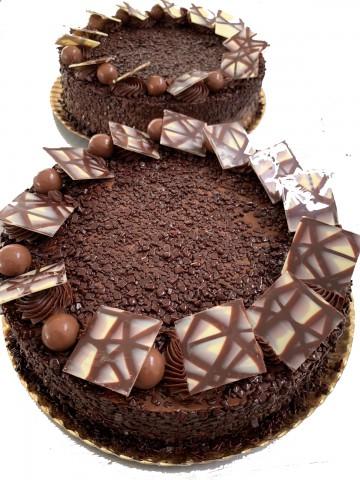 Tarta de Chocolate de Bizcocho de chocolate, rellena de chocolate y cobertura de chocolate.